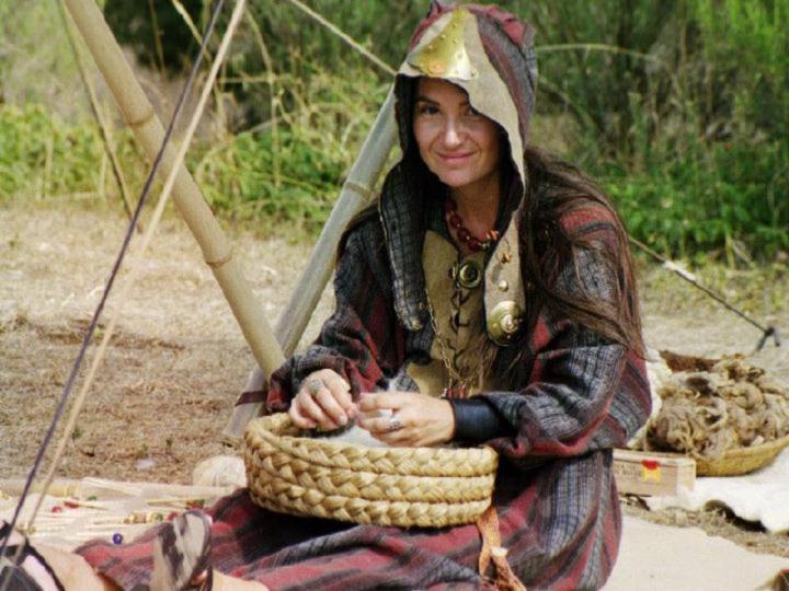 Cécile Arnaud : Fileuse gauloise occupée à préparer et carder sa laine pour le filage à la fusaïole lors d' une fête gauloise celte organisée par les voyageurs du temps