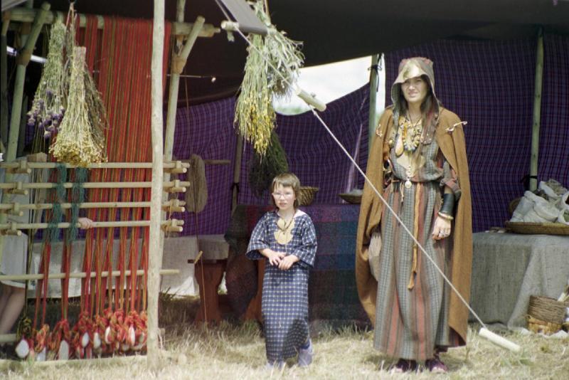 L' atelier de la tisserande gauloise et ses métiers à tisser à pesons - Cécile Arnaud : tissage antique gaulois démonstration artisanale vieux métiers gaulois