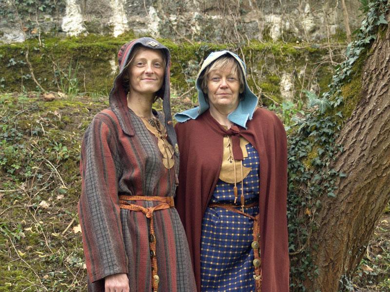 image photo de deux gauloises en costume traditionnel gaulois en laine tissée et teinture végétale, lors de l' organisation et l' Animation tissage et filage gaulois avec atelier pendant des fêtes gauloises et celtes
