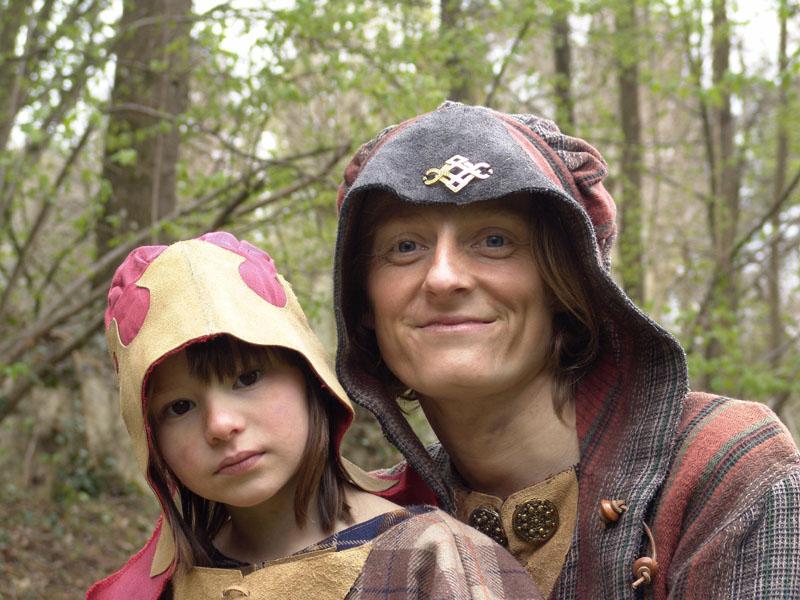 Une mère gauloise et sa fille, avec coiffe de toile et de laine tissée à motif de bronze pendant un évènement de soirée gauloise