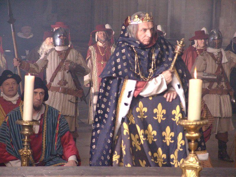 Image / Photo de Philippe le Bel, Roi de France, et sa cour, lors de l' animation médiévale d'un tournage de film historique époque moyen age tourné pour le cinéma et la chaine de télévision FR3