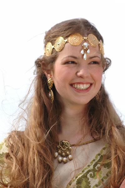 Reine de France en costume d'apparat à la cour du roi. Photo image prise sur le plateau de tournage d'un film historique médiéval pour la télévision et le cinéma.