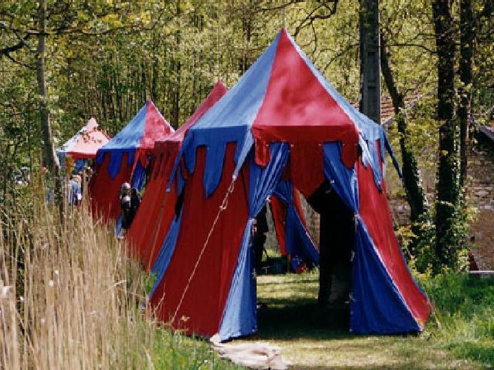 Campement des chevaliers et des soldats français - Camp du roi de france avec de nombreuses tentes médiévales bicolores rouge et bleu - Le camp sert de base d' animation pour les fêtes médiévales et manifestations historiques
