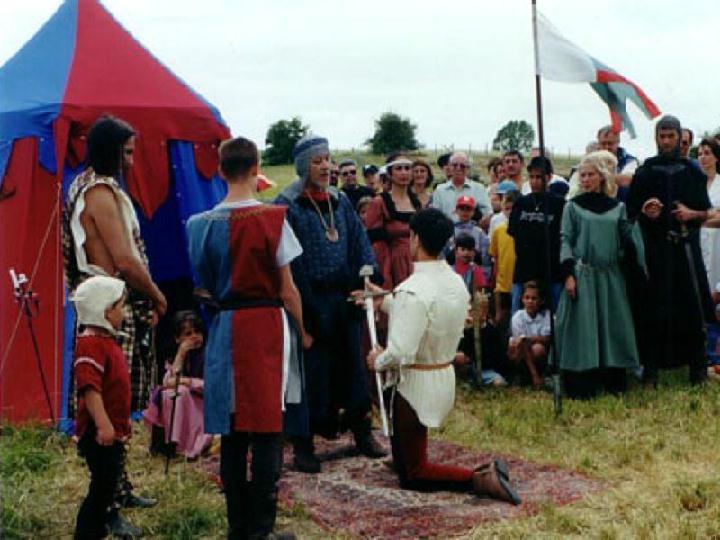 Démonstration et animation de saynettes au camp des chevaliers et de l' armée française. Adoubement d'un jeune chevalier sur le champ de bataille, lors d'une fête médiévale en Ardèche