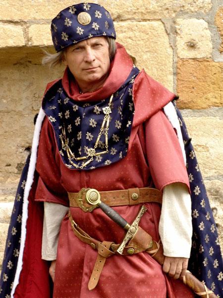 Philippe le Bel, roi de france en costume royal d' apparat, créé et confectionné pas Cécile Arnaud, chef costumière des Voyageurs du temps.