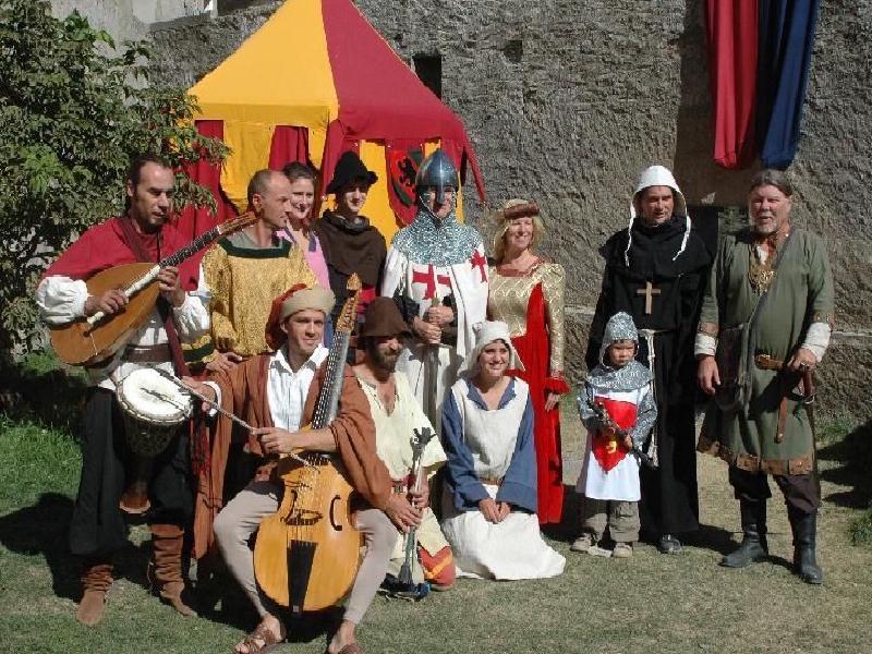 Animation fêtes médiévales et spectacles médiévaux : organisation fête historique moyen age médiéval sur une mise en scène de Bernard BERTHEL et Cécile ARNAUD