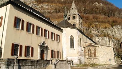 Située en Suisse, l'abbaye de Saint-Maurice d'Agaune a été fondée en 515 par le roi burgonde saint Sigismond sur le tombeau des saints martyrs thébains Maurice et ses compagnons, légionnaires romains du IIIe siècle.