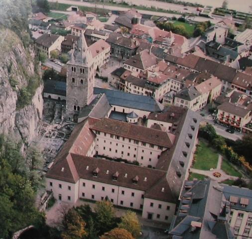 Agaune était le nom romain de la bourgade d'Acauno qui, en celtique, signifiait « le rocher ». Située en Suisse, sous le rocher d'un défilé qui ferme la vallée du Rhône à l'entrée du Valais.