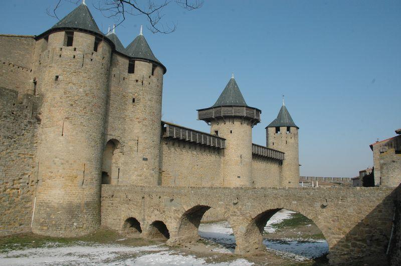 La Cité de Carcassonne est une une ville médiévale fortifiée, installée sur un éperon rocheux.Vers 600 Avjc, les lieux sont déjà occupés par des habitats gaulois, Lors de la conquète romaine des gaules, l'oppidum gaulois se transforme en une ville romaine entourés de remparts que l'on peut encore deviner dans certaines partie de l'enceinte des III - IVème siècle de notre ère.