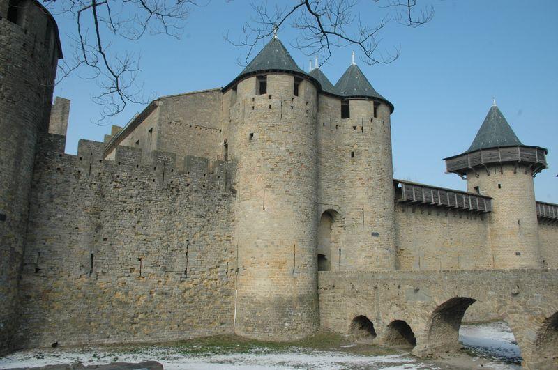 La Cité de Carcassonne est Sauvée de la démolition grâce à la mobilisation d'érudits carcassonnais et de Prosper Mérimée, la Cité fera l'objet, entre 1844 et 1911, d'un immense chantier de restauration confié par l'Etat français à l'architecte Eugène Viollet-le-Duc.