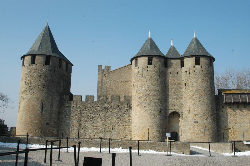 La Cité de Carcassonne occupe un éperon rocheux qui domine le cours du fleuve de l'Aude. Elle est surtout connue comme une ville médiévale fortifiée, mais la présence humaine sur le site remonte au VIème siècle av. J-C. avec l'implantation d'un habitat gaulois puis un centre urbain actif à l'époque romaine.