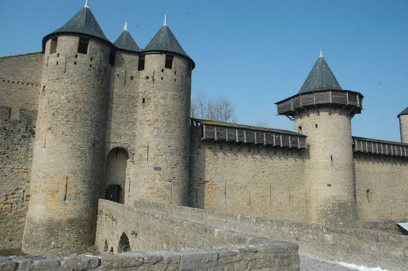 Au IIIème siècle ap. J-c, elle se dote d'un rempart dont les vestiges sont encore visibles dans l'enceinte intérieure.
