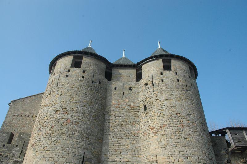 C'est sur la face ouest de cette fortification primitive que les vicomtes Trencavel construisent le château au XIIème siècle, agrandi et enveloppé d'une enceinte un siècle plus tard.