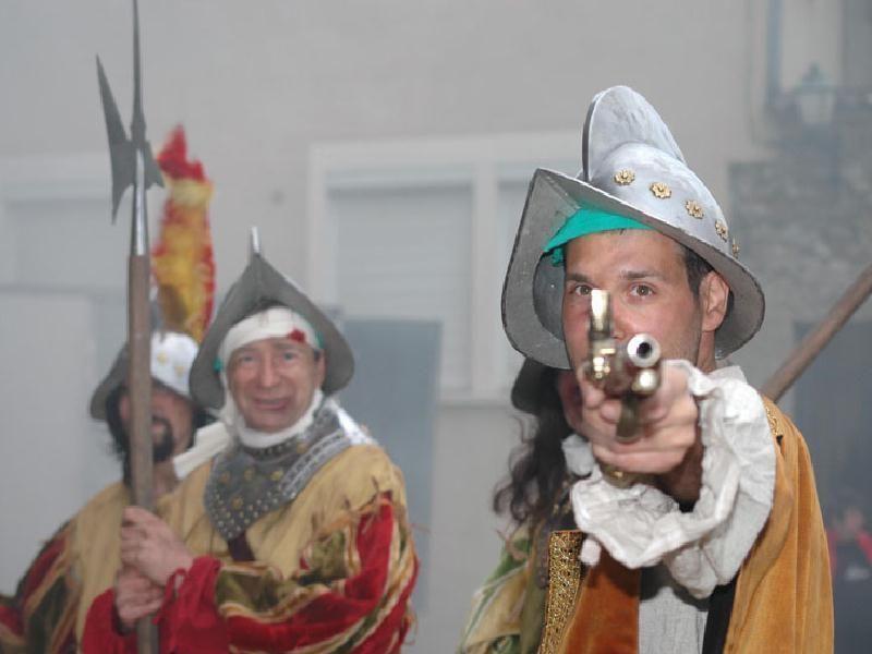 Animation et reconstitution des voyageurs du temps - Fête historique sur thème de la renaissance espagnole avec les conquistadores conquérants du nouveau monde et découverte de l' amérique.