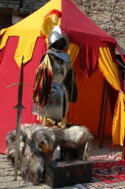 Animation et reconstitution des voyageurs du temps - Fête historique sur thème de la renaissance espagnole - Camp de campagne des armées du roi - tente renaissance et palais royal - avec les conquistadores conquérants du nouveau monde et découverte de l' amérique.