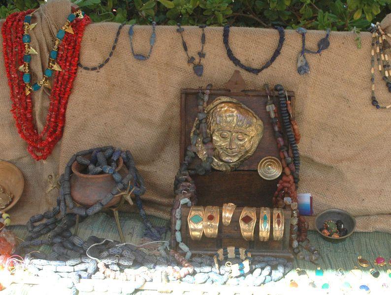Le tresor de Priam lors de l' organisation d'une fête grèce antique par LES VOYAGEURS DU TEMPS - animation artisanat grece antique - l' échoppe de l'artisan antique Bernard Berthel à la villa de Kerylos pour la fête de Poseïdon