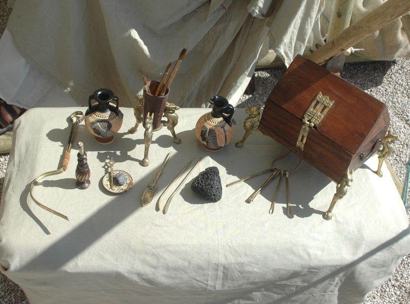 Organisation d'une fête grèce antique parLES VOYAGEURS DU TEMPS - Cecile et Manon ARNAUD - femmes de la grèce antique grec à la villa de Kerylos pour la fête de Poseïdon - flacons de parfums antique, fioles, ustensiles de toilettes, et coffret à bijoux