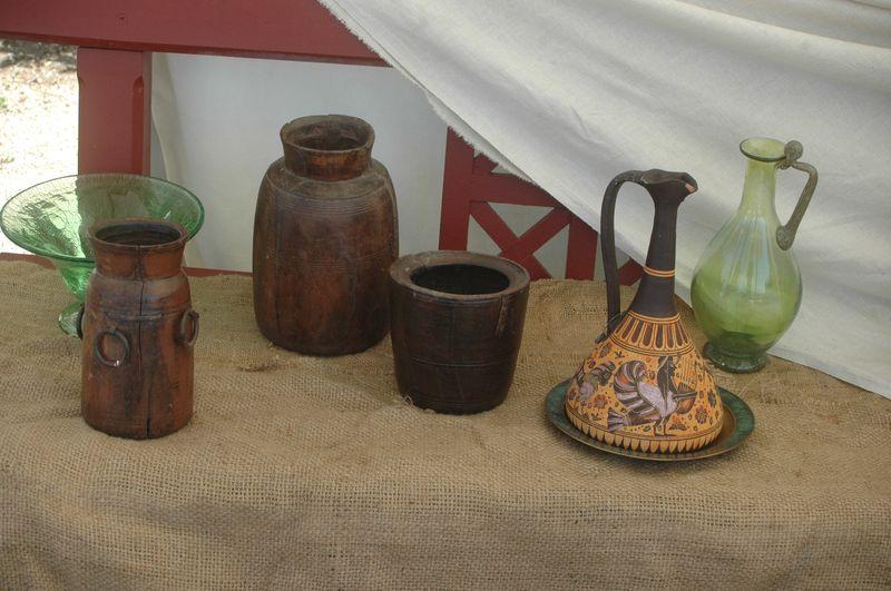 Organisation d'une fête grèce antique parLES VOYAGEURS DU TEMPS - Cecile et Manon ARNAUD - femmes de la grèce antique grec à la villa de Kerylos pour la fête de Poseïdon - flacons de parfums antique, fioles et poteries grecques