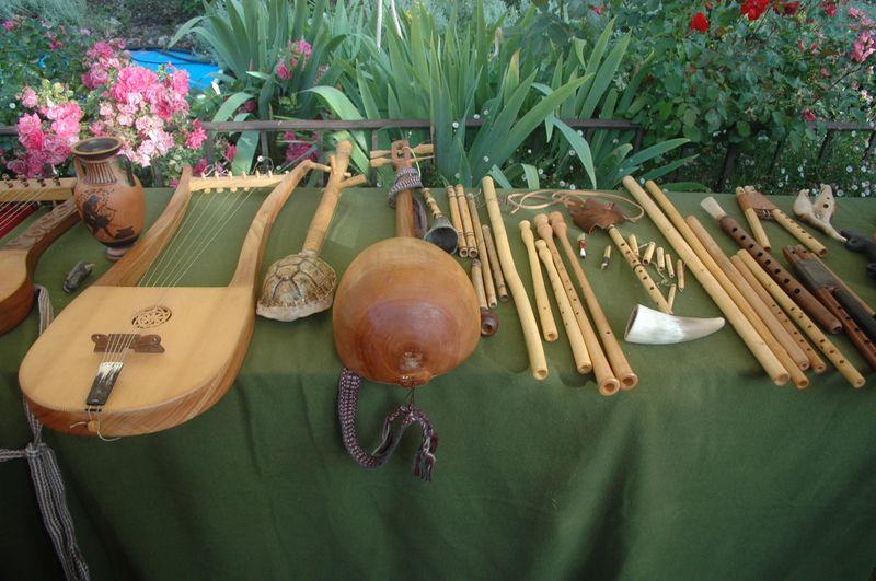 Organisation d'une fête grèce antique parLES VOYAGEURS DU TEMPS - Cecile ARNAUD et Bernard BERTHEL grèce antique grec à la villa de Kerylos pour la fête de Poseïdon - Collection d' instruments de musique grecs antiques