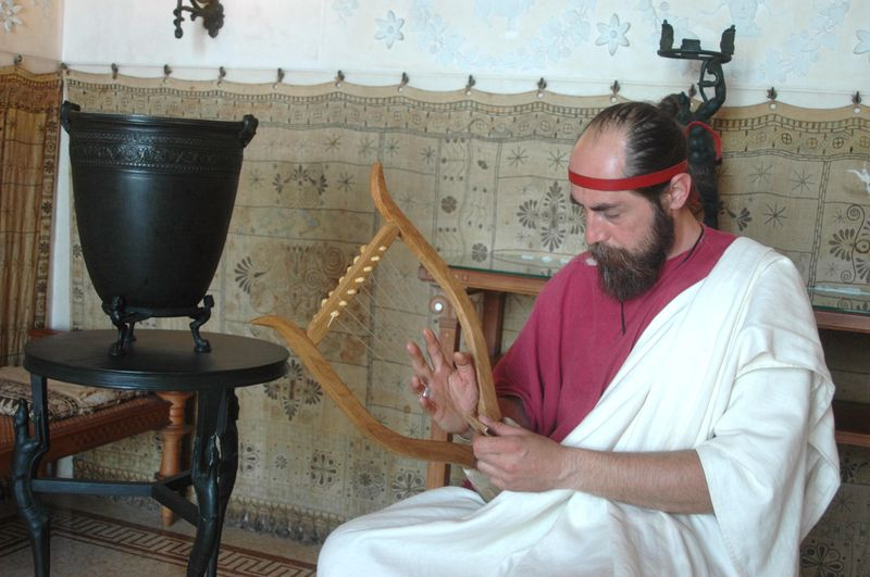 Organisation d'une fête grèce antique par LES VOYAGEURS DU TEMPS - Cecile ARNAUD et Bernard BERTHEL grèce antique grec à la villa de Kerylos pour la fête de Poseïdon - Musicien grec à la harpe