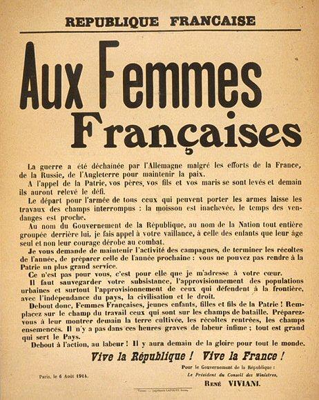 En 1914-1918, pendant que les hommes sont au front, les femmes participent activement à l'effort national. Dans une guerre totale, longue et meurtrière, où le rôle de l'arrière est aussi déterminant que celui des combattants, les femmes accèdent à des activités professionnelles jusque-là masculines. Tant à la ville qu'à la campagne, les « remplaçantes » des maris ou des fils mobilisés sont promues à de nouvelles responsabilités - Animations, reconstitution et location d'exposition 14 18 La GRANDE GUERRE 1914 – 1918 par Les Voyageurs du Temps – Costumière : Cécile Arnaud et accessoiriste Bernard Berthel