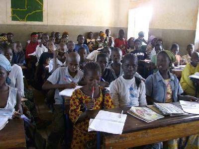 L'école de Boubouya fonctionne avec 3 enseignants et 140 élèves répartis sur 4 niveaux ( du CP au CM1) . L'école est propre, les sanitaires sont finis, les bureaux sont en place et seule la 3ème classe n'est pas complètement terminée. Une réunion avec le comité de gestion de l'école a permis de soulever les problèmes en cours et de trouver des solutions